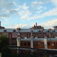 Городские контрасты-монастырские кельи на фоне пивзавода :: марина ковшова