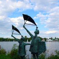 На озере Альстер (серия) Скульптура у озера :: Nina Yudicheva