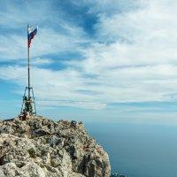 Российский флаг на вершине Ай-Петри :: Юрий Яловенко