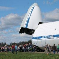 Самолет Ан-124-100 «Руслан». Очередь на экскурсию в кабину экипажа. :: Анастасия Яковлева