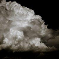 Небо — как будто летящий мрамор с белыми глыбами облаков :: Олег Сидорин