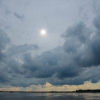 Закат в тучах над рекой :: Сергей Тагиров