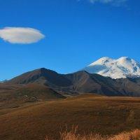 Утро у Эльбруса... Облако в виде тарелки... заходит на посадку  на вершину Эльбруса. :: Vladimir 070549