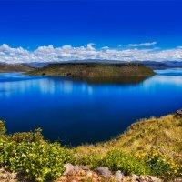 Перу. Синее озеро Умайо с желтыми бабочками на высоте около 4 000 метров :: Андрей Левин