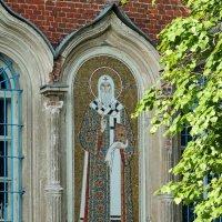 Мозаичный образ Святителя Алексия, митрополита Московского, на южном фасаде. :: Александр Качалин