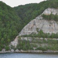 Скалистый берег реки Волги поросший лесом :: Сергей Тагиров
