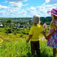 Детки любуются красотой с холма... :: Марина Романова