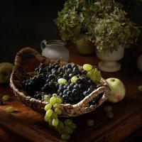 Этюд с виноградом :: Татьяна Карачкова