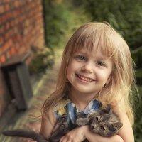 Девочка с котёнком. :: Лилия *