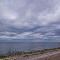 Тяжелое небо у берега Козьмодемъянска :: Сергей Тагиров