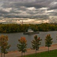 Кораблик пО реке плывёт.... :: Александр Тулупов