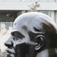 """Взгляд из парка """"Музеон""""...Ленин :: Владимир Павлов"""