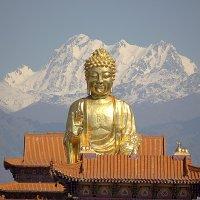 Золотой Будда на  фоне Тянь Шаня :: Виталий Селиванов