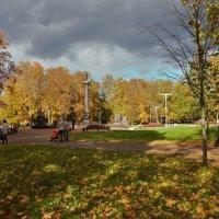 Осенние краски в городе :: Олег Фролов