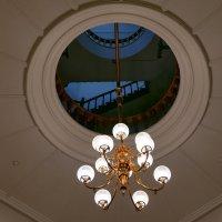 """Люстра. Через """"окно"""" в потолке видны фрагменты лестницы и перила... :: Юрий Поляков"""