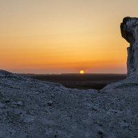 Апрельский рассвет на меловых холмах. :: Юрий Клишин