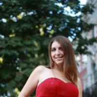 Девушка в красном :: Владимир Ненартонис