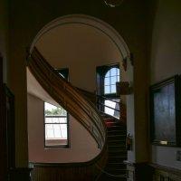 Сочетание спиралевидной лестницы и арки что-то напоминает (см. и др. снимки рядом!) :: Юрий Поляков