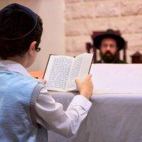 Чтение праздничной молитвы в Синагоге :: Наталья Мячикова