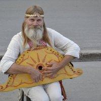 Музыкант играет на гуслях :: Иван Перенец