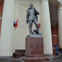 Памятник рабочему у станции метро. Красная Пресня. :: Владимир Болдырев