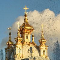 Церковь и водяные брызги большого фонтана. :: Владимир Гилясев