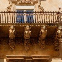 Балконы бывают разные.. :: Виктор Льготин