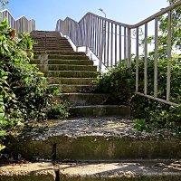 Старая лестница на мост через дорогу :: Валерий Дворников