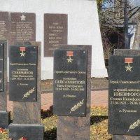 Аллея Героев. Воинский мемориал в городе Западная Двина :: Владимир Павлов
