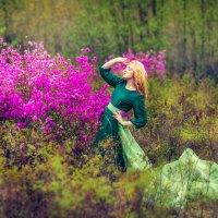 Девушка в лесу и рододендрон. :: Ольга Невская