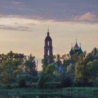 Старая церковь на берегу Волги :: Сергей Тагиров