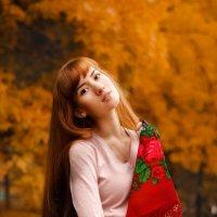 Девушка с платком гуляет в осеннем парке :: Алена Зингер
