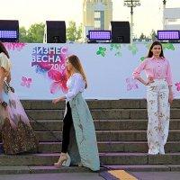 танец стильных девушек :: Олег Лукьянов