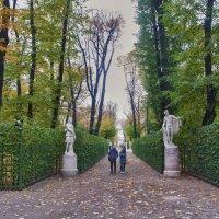 Осень на белые статуи снова Сыплет свою золотую красу. :: Алексей Михалев