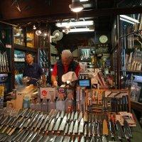 Продавец ножей. Лавка на рыбном рынке Цукидзи в Токио :: Ilona An