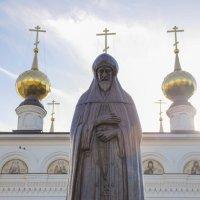 Памятник Александру Невскому во внутреннем дворе храма в Малом Китиже :: Сергей Тагиров