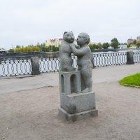 Скульптура «Мальчик с кошкой» :: Лариса Лунёва