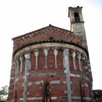 Старая церковь на сельском кладбище. :: Наталья Пономаренко