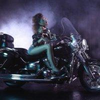 Девушка и мотоцикл. :: Елена Сухарева
