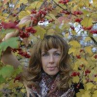 Светлана в жёлтой листве :: Александра Андрющенко