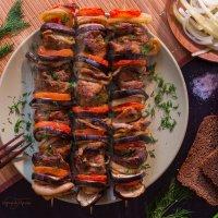 Шашлык из свинины в имбирно-соевом маринаде с луком, баклажанами и томатами :: Руслан Комаров