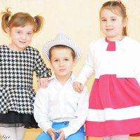 Девчонки и мальчишка :: Yelena LUCHitskaya
