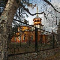 Стоит берёза перед храмом... :: Александр Попов