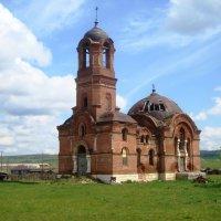 Заброшенная церковь в цвете... :: Дмитрий Петренко