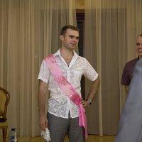 Свидетель на свадьбе, поймавший подвязку невесты :: Ksyusha Pav