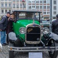 Выстовка старых машин возле Ратуши :: Witalij Loewin