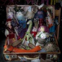 ...Кукол снимут с нитки длинной... :: Александр Валяев
