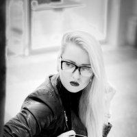 Девушка на скамейке :: Rustam Zeynalov