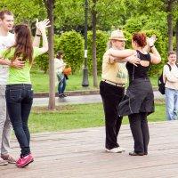 Танцуют пары под аккорды... :: Владимир Левый
