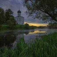 В погожий осенний рассвет у храма Покрова на Нерли. :: Igor Andreev